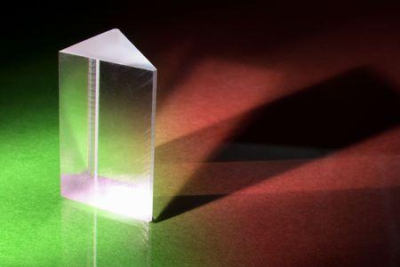 prisme: Prisme de verre sur un fond rouge et vert Banque d'images