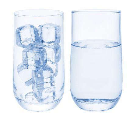 cubetti di ghiaccio: L'acqua e cubetti di ghiaccio su sfondo bianco Archivio Fotografico