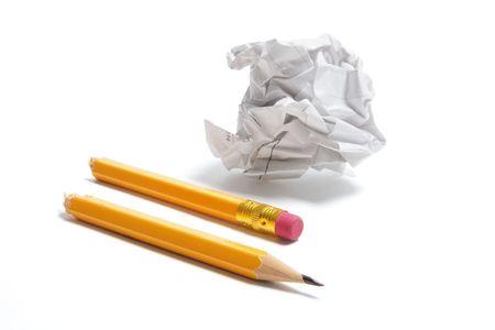 waste paper: Broken L�piz y desperdicios de papel sobre fondo blanco