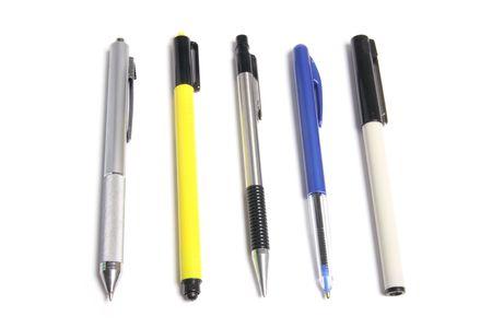 ball pens stationery: Bol�grafo y los marcadores sobre fondo blanco