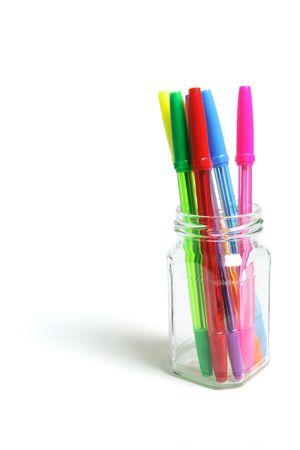 ball pens stationery: Bol�grafos en Frasco de vidrio sobre fondo blanco