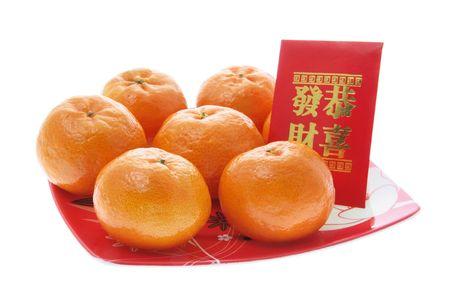 naranjas: Mandarín y paquetes rojo sobre fondo blanco aislado