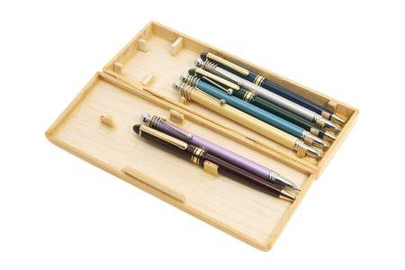 ball pens stationery: Plumas de bol�grafo en el caso de madera sobre fondo blanco