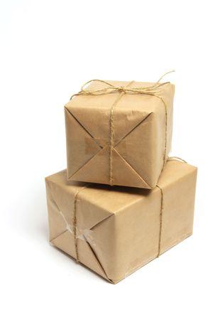 Braun Pakete auf weißem Hintergrund