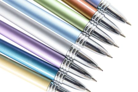 ball pens stationery: Close Up of plumillas de bol�grafo sobre fondo blanco Foto de archivo