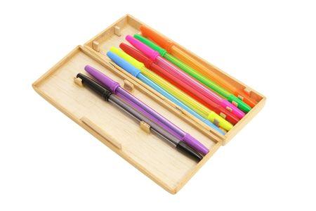 ball pens stationery: L�pices de bol�grafo en el caso de madera sobre el fondo blanco