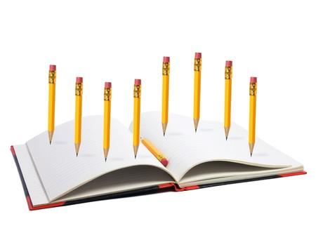note book: Matite e nota Prenota su sfondo bianco
