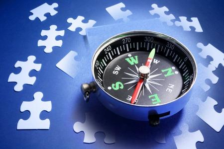 puntos cardinales: Compuesto de Compass y puzzles Foto de archivo