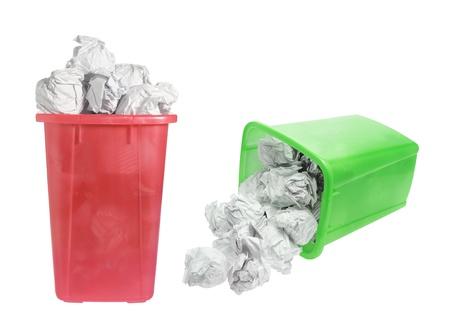 waste paper: Bandejas de papel usado en fondo blanco
