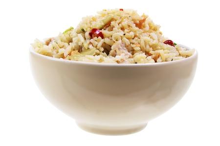 arroz chino: Bol de arroz frito sobre fondo blanco