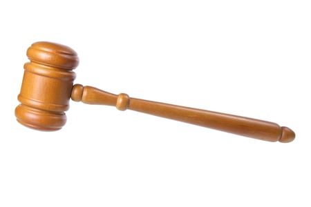 martillo juez: Martillo de madera sobre fondo blanco Foto de archivo