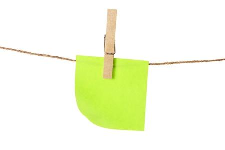 ropa colgada: Sticky Note y la l�nea de ropa en el fondo blanco