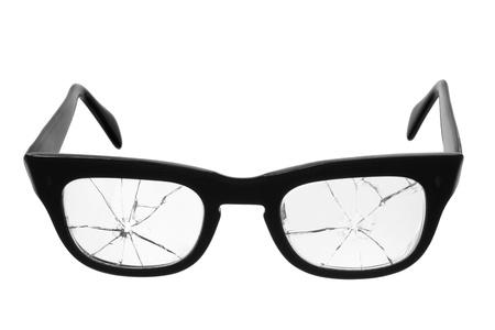 glass broken: Los anteojos rotos sobre fondo blanco Foto de archivo