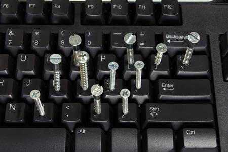 teclado de computadora: Teclado de ordenador con tornillos