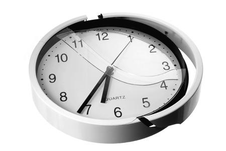 broken wall: Reloj de pared rota en el fondo blanco