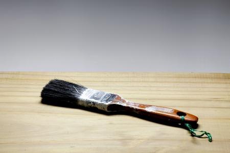 brocha de pintura: Pincel de edad en el fondo de madera