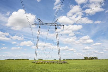 torres el�ctricas: L�neas el�ctricas torres de alta tensi�n en la l�nea de transmisi�n de potencia del campo Foto de archivo