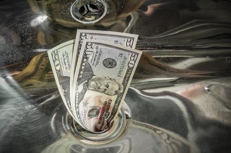 Dinero por el desagüe, concepto de negocio