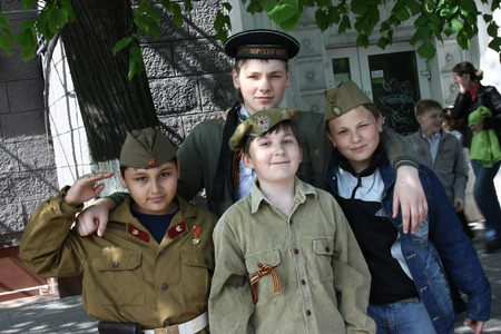 congratulate: Zaporozhye, Ukraine 2011 .Parad victory on May 9 four guys wearing uniforms to congratulate veterans on the Victory in the Great Patriotic War