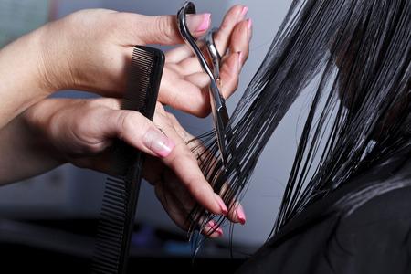 cabello: El maestro, la peluquería hace un peinado en el salón
