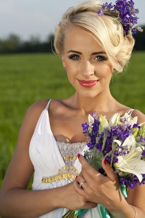 blonde yeux bleus: une belle mariée blonde des yeux bleus sur le terrain vert Banque d'images