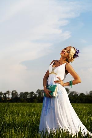 blonde yeux bleus: une belle mari�e blonde des yeux bleus sur le terrain vert Banque d'images