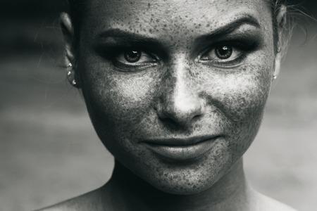 美しい少女の肖像画は、黒と白をそばかす