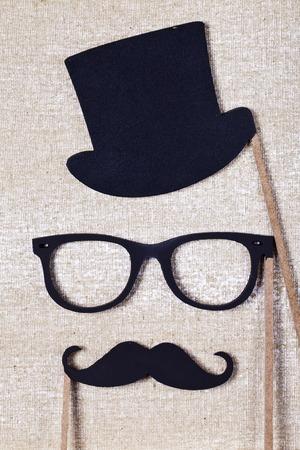 fond de texte: un mariage props moustache et lunettes