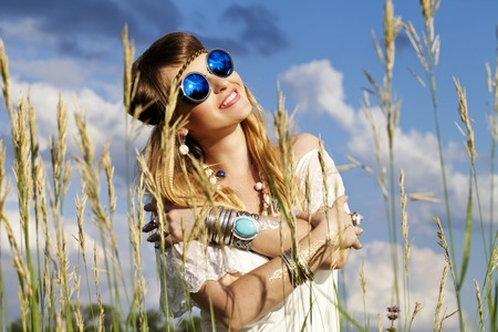 mujer hippie: una chica hermosa hippie al aire libre