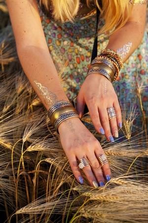 bailarinas arabes: hermosas manos femeninas con pulseras
