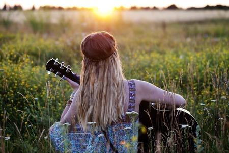 ギターと美しいヒッピーの女の子