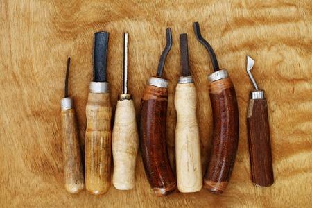 talla en madera: Herramientas de la vendimia de la talla en madera de primer plano sobre fondo de madera Foto de archivo