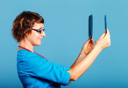 医師が患者、青い背景のスタジオで撮影の x 線像