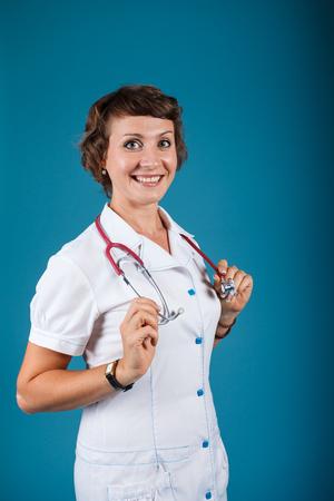 スタジオで聴診器で若い女性医師の肖像画 写真素材