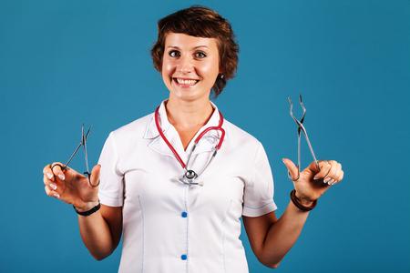 手の中の医療機器と医師