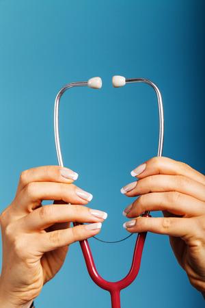 医師の手で聴診器クローズ アップ