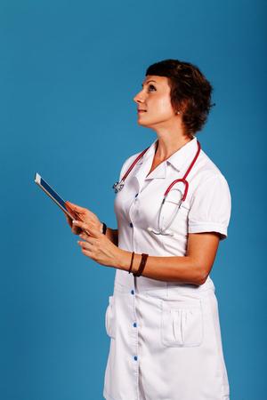 薬の手でタブレットで若い女性医師