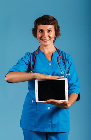 彼の手でクリップボード、広告の空き領域を持つ医師
