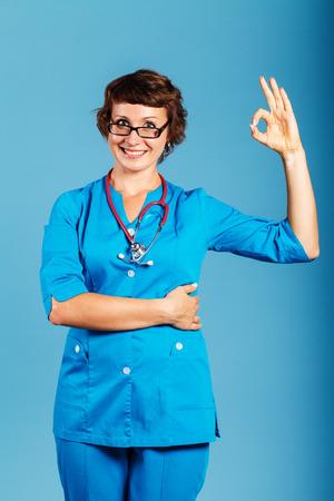 スタジオ、医学、健康で聴診器で若い医師の肖像画 写真素材