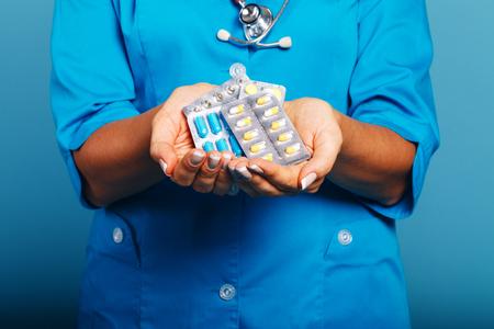 医者の薬と一緒に手にクローズ アップ 写真素材