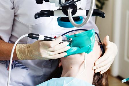 歯科医院で手順を実行する若い患者 写真素材