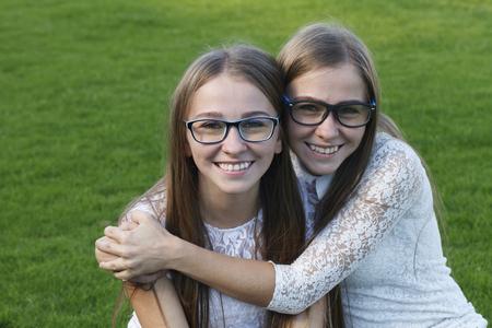 双子姉妹が魅力的な人々 の感情 写真素材