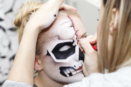 ハロウィンのメイクを作成するプロセス
