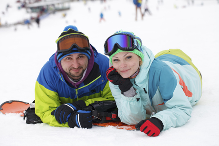 若いカップル スノーボーダーが喜ぶし、嬉しい 写真素材