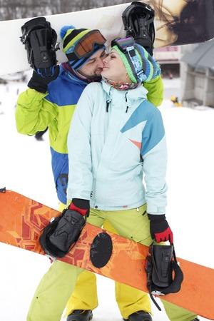 若いカップル スノーボーダーが喜ぶし、嬉しい 写真素材 - 79192312