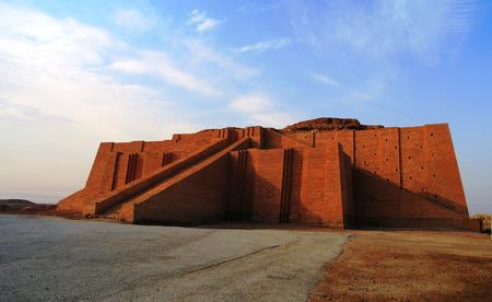 古代復元されたジッグラト、シュメール寺院、イラク