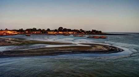 河口ガンビア川のフェリーからの眺め