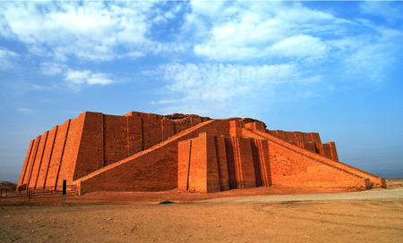 古代復元されたジッグラト、イラクでシュメールの神殿