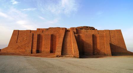 고대 우르의 지구라트 복원, 이라크 수메르 사원 스톡 콘텐츠 - 65398103