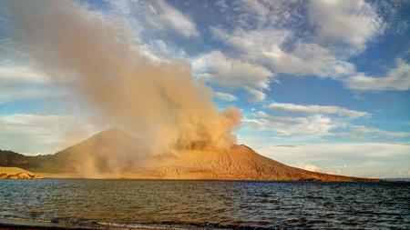 Nuova Guinea: Eruzione del vulcano Tavurvur, Rabaul, Isola Nuova Gran Bretagna, Papua Nuova Guinea